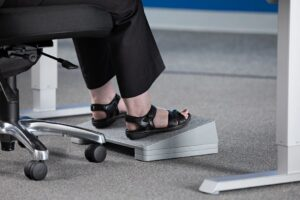 Beneficios de usar el reposapiés en la oficina